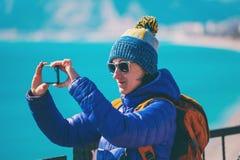 Девушка принимает selfie на пляже стоковое фото