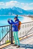 Девушка принимает selfie на пляже стоковые фото