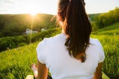 Девушка приниманнсяое за раздумье на природе Стоковая Фотография RF