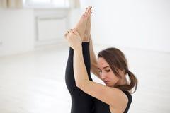 Девушка приниманнсяые за йога или тренировка, держа баланс в Стоковые Фото