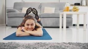 Девушка приниманнсяые за спорт, получая огромное удовлетворение от этого акции видеоматериалы
