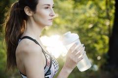 Девушка приниманнсяый за фитнес и размышляет в Park City стоковое изображение