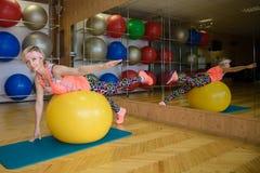 Девушка приниманнсяый за фитнес на шарике Стоковые Фотографии RF