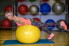 Девушка приниманнсяый за фитнес на шарике Стоковое Фото