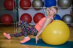 Девушка приниманнсяый за фитнес на шарике Стоковое Изображение