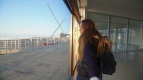 Девушка принимая телезрителя вручную и идя в здание акции видеоматериалы