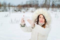 Девушка принимая selfie Автопортрет девушки рождества внешний Стоковое Фото
