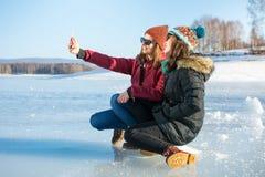 Девушка принимая selfie на замороженном озере Стоковое Изображение RF