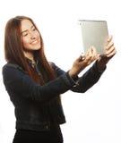Девушка принимая selfie с цифровой таблеткой Стоковая Фотография RF