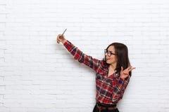 Девушка принимая Selfie умную камеру фото телефона Стоковое Фото