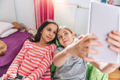 Девушка 2 принимая selfie Стоковые Фотографии RF