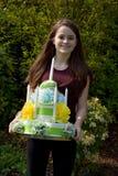 Девушка приносит именниный пирог сделанный из туалетной бумаги стоковые изображения