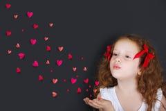 Девушка принцессы с дуя confitti от сердец Стоковое Изображение
