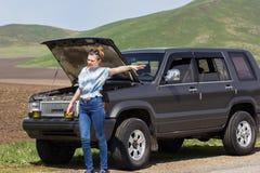 Девушка прицепляет автомобиль Стоковая Фотография RF