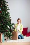 Девушка приятно удивленная на подарке рождества стоковые фото