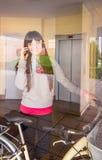 Девушка при велосипед fixie покидая зала за стеклом стоковые изображения
