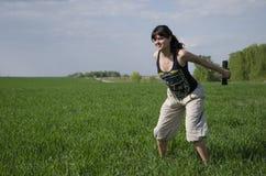 Девушка при гантели squating outdoors Стоковые Изображения RF