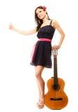 Девушка при гитара thumbing и пеший туризм заминкы Стоковые Изображения RF