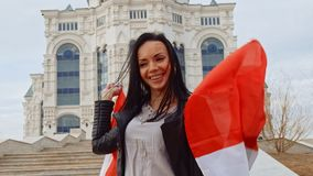 Девушка при канадский флаг имея потеху видеоматериал