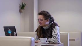 Девушка при компьтер-книжка отдыхая на интернете акции видеоматериалы