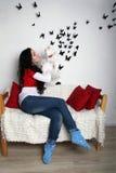 Девушка при котенок сидя на кресле стенда Стоковые Изображения RF