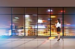Девушка при кофе смотря город через большое окно Стоковые Фотографии RF