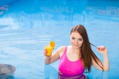 Девушка при питье коктеиля ослабляя на бассейне Стоковые Изображения RF
