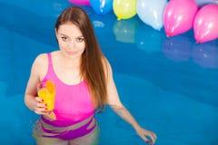 Девушка при питье коктеиля ослабляя на бассейне Стоковое Изображение RF