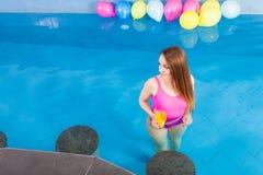 Девушка при питье коктеиля ослабляя на бассейне Стоковая Фотография RF