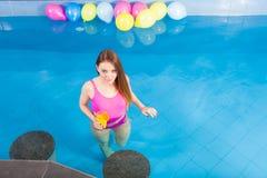 Девушка при питье коктеиля ослабляя на бассейне Стоковые Фотографии RF