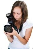 Девушка при профессиональное цифровой фотокамера изолированное на белой предпосылке стоковое изображение rf