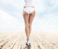 Девушка при совершенная форма тела отдыхая на призвании лета Стоковое Фото