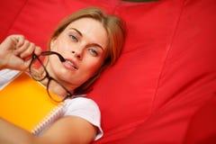 Девушка при стекла отдыхая на гамаке Стоковые Фото