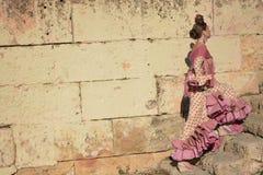 Девушка при типичное платье фламенко идя вверх лестницы стоковые фото