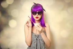Девушка при фиолетовые волосы держа коктеиль лимонада стоковая фотография rf