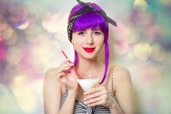 Девушка при фиолетовые волосы держа коктеиль стоковое фото rf