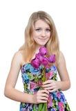 Девушка при флористическое платье держа тюльпаны стоковая фотография