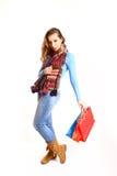Девушка при хозяйственные сумки изолированные на белой предпосылке Стоковые Фото