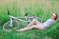 Девушка при худенькая диаграмма лежа на свежей зеленой траве Стоковые Изображения RF