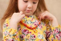 Девушка пробует дальше ожерелье towering ягод золы горы Стоковое Изображение RF