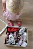 Девушка пробуя на ботинках Стоковые Изображения