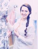 Девушка пробуя на новой блузке Стоковая Фотография