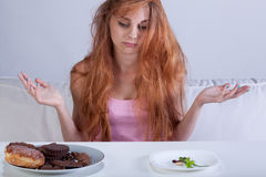 Девушка пробуя преодолевать голод для помадок стоковое изображение rf