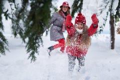 Девушка провоцирует снег игры стоковое изображение
