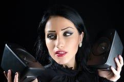 Девушка проводя тональнозвуковых дикторов Стоковое фото RF