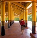 Девушка пройти дворец между столбцами золота Стоковое фото RF