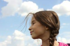 Девушка против неба Стоковое Фото