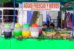Девушка продавая сок на улице в Оахака Стоковые Изображения RF