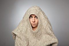 Девушка пряча в свитере от проблем, одиночества и стресса Стоковое фото RF