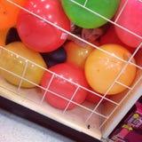 Девушка пряча в ящике шарика Стоковая Фотография